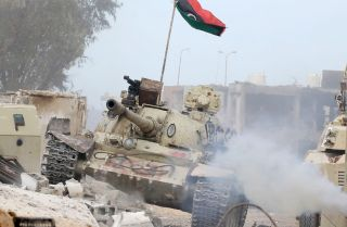 A T-54 tank belonging to forces loyal to Libya's Government of National Accord (GNA) takes position in Sirte's Al-Giza Al-Bahriya district on November 21, 2016, during clashes with Islamic State (IS) group jihadists to retake control of the Mediterranean coastal city.