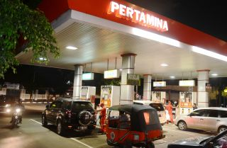 Indonesian motorists line up in at a Pertamina fuel station in Jakarta.
