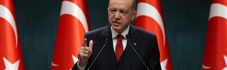 Ο Τούρκος πρόεδρος Ρετζέπ Ταγίπ Ερντογάν επισημαίνει κατά τη διάρκεια συνέντευξης Τύπου στην Άγκυρα της Τουρκίας, στις 21 Σεπτεμβρίου 2020.