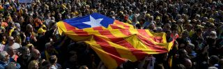 Los manifestantes sostienen una bandera catalana antes de una reunión política en Perpignan, Francia, el 29 de febrero de 2020.